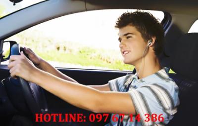 Đeo tai nghe khi lái xe bị xử phạt
